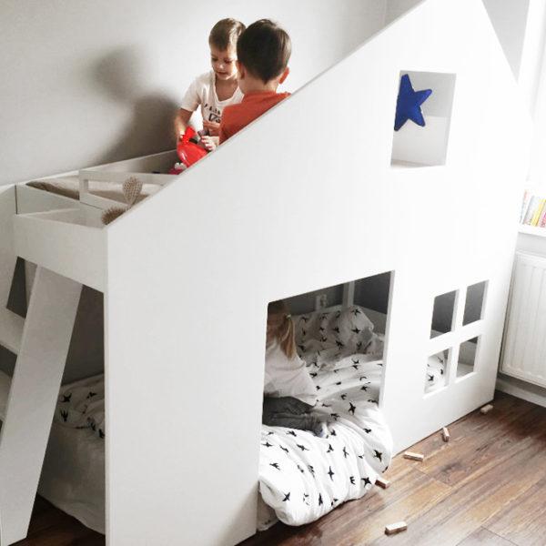 łóżko piętrowe z miejscem do zabawy